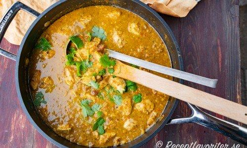 Korma curry med kyckling i gryta