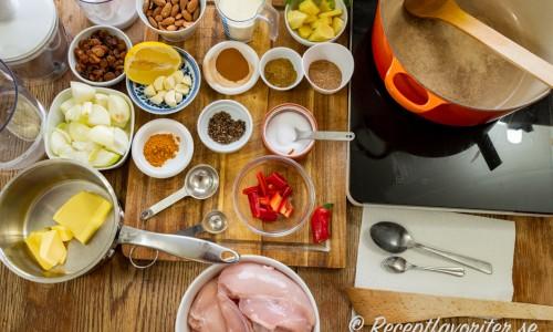 Ingredienser till kyckling Korma på bord