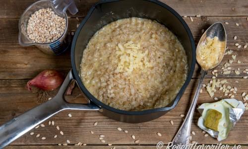 Kornotto är en variant på risotto fast kokt med helt korn.