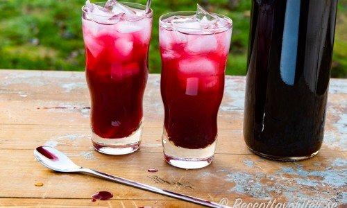 Körsbärssaft serverad med is i glas