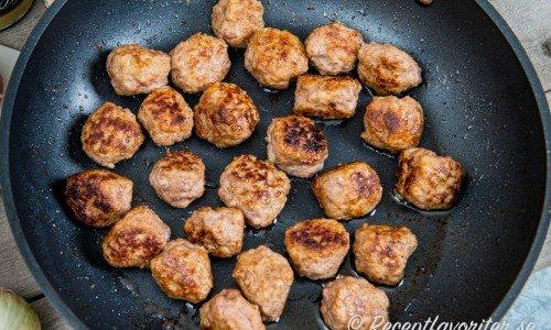 Köttbullar smaksatta med ingefära och Dijonsenap i stekpanna