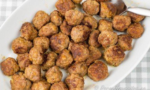 Köttbullar med mosad potatis och gurkmeja på fat
