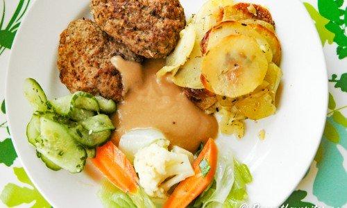 Köttfärsbiffarna serverade med förslag på tillbehör