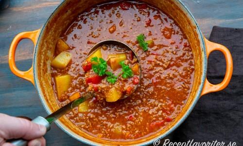 Grytan är en variant på gulasch med köttfärs och potatis.