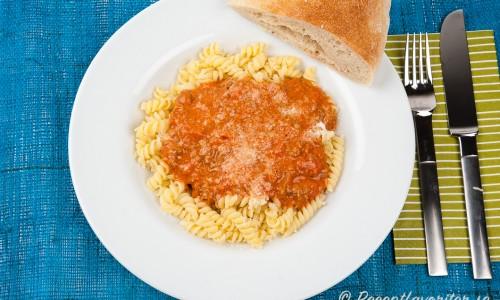 En gräddig köttfärssås med tomat, blandfärs eller nötfärs, basilika, vitlök, chiliflakes, oregano, timjan och lök.