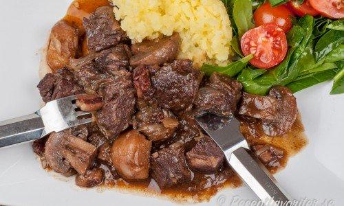 Köttgryta med rödvin kallas Boeuf Bourguignon på franska. En klassisk köttgryta.