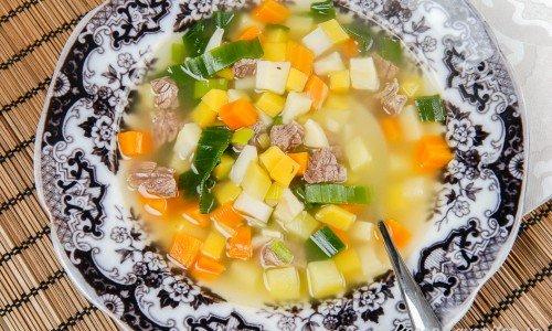 Köttsoppa med grönsaker och klimp i tallrik