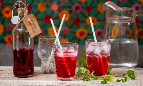 Krusbärssaft serverad i glas med is och sugrör