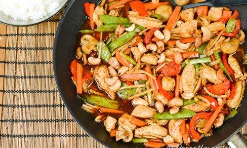 Kycklingpanna med cashewnötter och grönsaker i god sås.