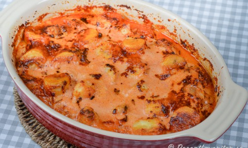 Flygande Jacob är kyckling i ugnen med bacon, grädde, chilisås, curry, banan och jordnötter.