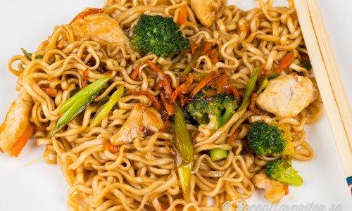Kyckling med nudlar och grönsaker i smakrik sås med smak av hoisinsås och sesamolja.