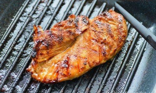 Kycklingen Teriyaki är kyckling marinerad och grillad med en japansk glaze av ljus soja, socker och risvin.