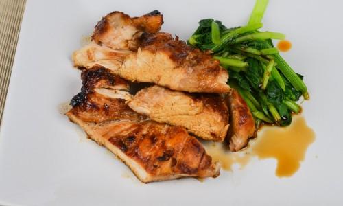 Kyckling Teriyaki skuren i bitar kan serveras med frästa grönsaker som bok choy, spenat eller liknande smaksatt med ljus japansk soja.