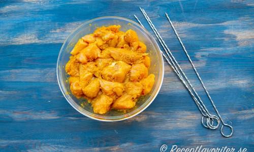 Bitar med marinerad kycklingfilé i currypasta