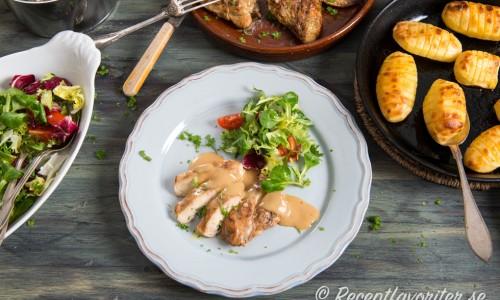 Ugnsstekt kyckling i bitar med hasselbackspotatis och sås