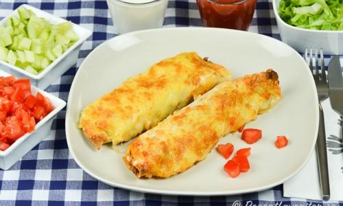 Servera kycklingburritosarna med valfria tillbehör typ som till tacomyset.