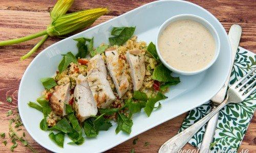 Massor med goda recept på kyckling som ex. kycklingfilé med bulgursallad ovan