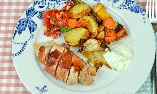 Kycklingfilé lindad i lufttorkad skinka som parmaskinka, prosciutto eller serranoskinka.