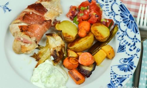 Till kycklingen kan du servera valfria tillbehör - här med rostade rotfrukter, tomatsalsa och gurkyoghurtsås.