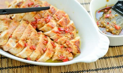 Kycklingfilé med asiatisk glaze smaksatt med chili, ingefära, lime, soja, vitlök och sesamolja.