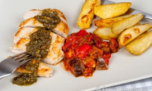 Kycklingfilé med pesto, klyftpotatis och ratatouille
