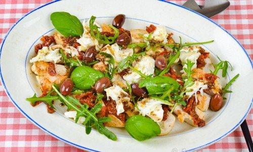 Kycklingfilé toppad med soltorkad tomat, ruccola och mozzarella på fat