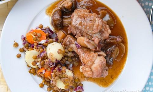 Kycklinggrytan på tallrik serverad med potatis och linser
