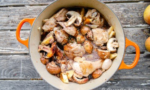 Kycklinggryta med svamp, schalottenlök och bacon i rödvin