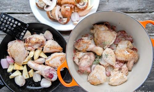 Kyckling och grönsaker bryns och läggs i grytan att koka med rödvin