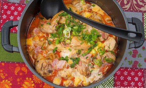 Kycklingryta kokt med styckad kyckling med ben ger god smak. Du kan exempelvis ta hel kyckling och stycka eller kycklinglår och dela.