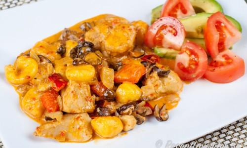Kycklinggryta smaksatt med lök, champinjoner, paprika och lite grädde samt färsk gnocchi.