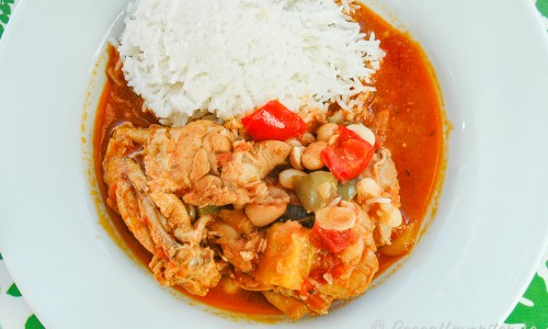 Kycklinggryta med paprika i tallrik med ris till
