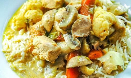 Kycklinggryta med Dijonsenap och grädde serverad med ris.