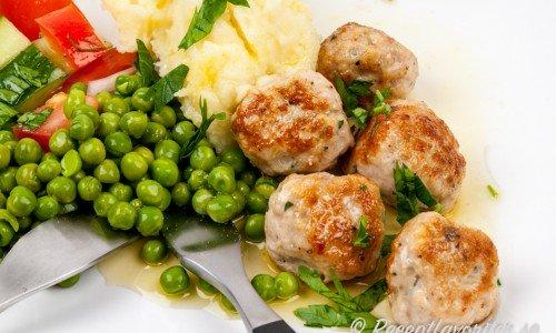 Köttbullar med kyckling serverade med potatismos och gröna ärtor med mera.