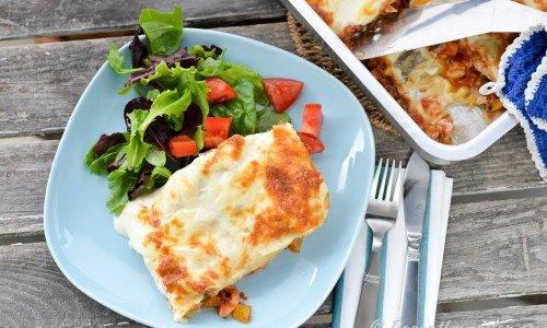 Lasagne med kyckling, tomat och ostsås.