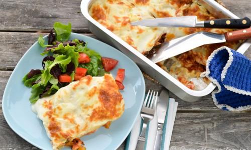 Gott med en grönsallad med tärnade tomater till som lättar upp den tunga lasagnen.