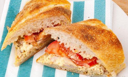 Kycklingmacka med baguette och tomat