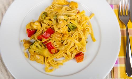 Kycklingpasta med saffran, röd paprika och broccoli i krämig sås.