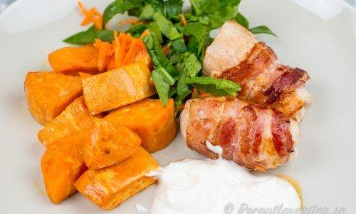 Kycklingrullader med bacon på tallrik