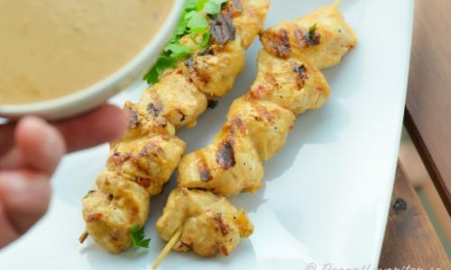 Kycklingspett med enkel sataysås som är en jordnötssås med kokosmjölk.