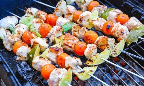 Kycklingspett med lime, knipplök och tomat på grillen