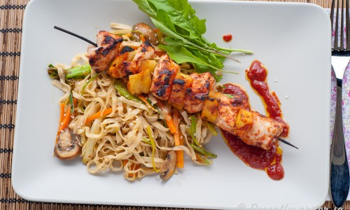 Kycklingspetten kan serveras med valfria tillbehör eller nudelsallad som på bilden.