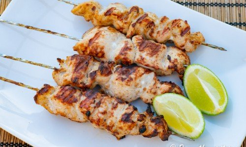 Kycklingspett med tandoori på fat med lime