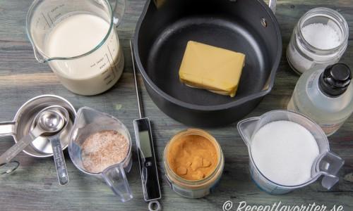 Kolan kokas som en smörkola med smör, socker och grädde men smaksätts med lite lakritspulver.