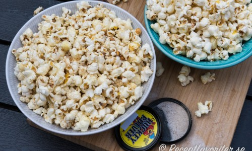 Gillar du lakrits så kan du blanda popcornen med lakritspulver (på bilden hockeypulver), lakritssirap eller krossat lakritsgodis som lakritskarameller