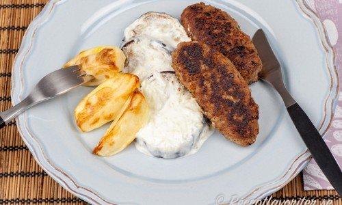 Lammfärs på spett passar bra ihop med vitlöken i tzatzikin samt aubergine och klyftpotatis till.