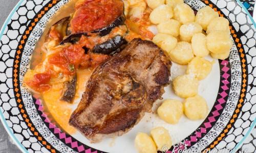 Lammkotletter med auberginegratäng och ostgnocchis på tallrik