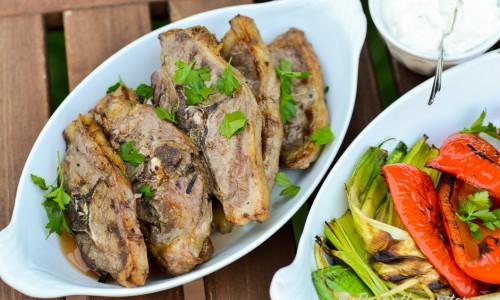 Lammkotletter är gott att grilla. Passa på att grilla grönsaker samtidigt - här med paprika och purjolök.