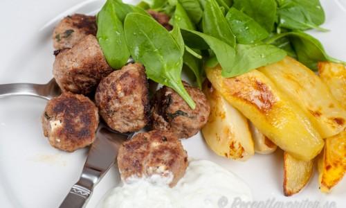 Lammköttbullar på lammfärs med klyftpotatis och tzatziki.