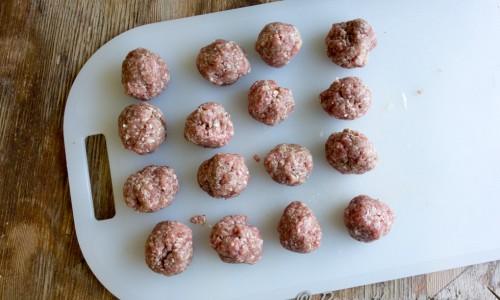 Blanda färsen med lite av den frästa löken och vitlöken samt någon halv msk garam masala. Forma till köttbullar.
